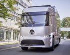 Kleinserie 2017: vollelektrischer Mercedes-Benz Urban eTruck im Kundeneinsatz. Technische Daten: Mercedes-Benz Urban eTruck, Exterieur, Silver Arrow metallic, dreiachsiger Verteiler-Lkw, 2 x 125 kW, 2 x 500 Nm, 3 Module Lithium-Ionen-Batterien, Gesamtkapazität: 212 kWh, elektrisch angetriebene Hinterachse, Reichweite: bis zu 200 km, zul. Gesamtgewicht: 25 t, Zuladung 12,8 t, schwerer Verteilerverkehr, flüsterleise und emissionsfrei, Testflotte ;  Small series 2017: all-electric Mercedes-Benz Urban eTruck for customer trial. Technical Data: Mercedes-Benz Urban eTruck, Exterior, silver arrow metallic, three-axle short-radius distribution truck, 2 x 125 kW, 2 x 500 Nm, 3 modules of lithium-ion batteries, total capacity: 212 kWh, electrically driven rear axle, operating range: up to 200 km, permissible gross vehicle weight: 25 t, heavy-duty truck, zero emissions, quiet as a whisper and with a payload of 12.8 t, test fleet.;